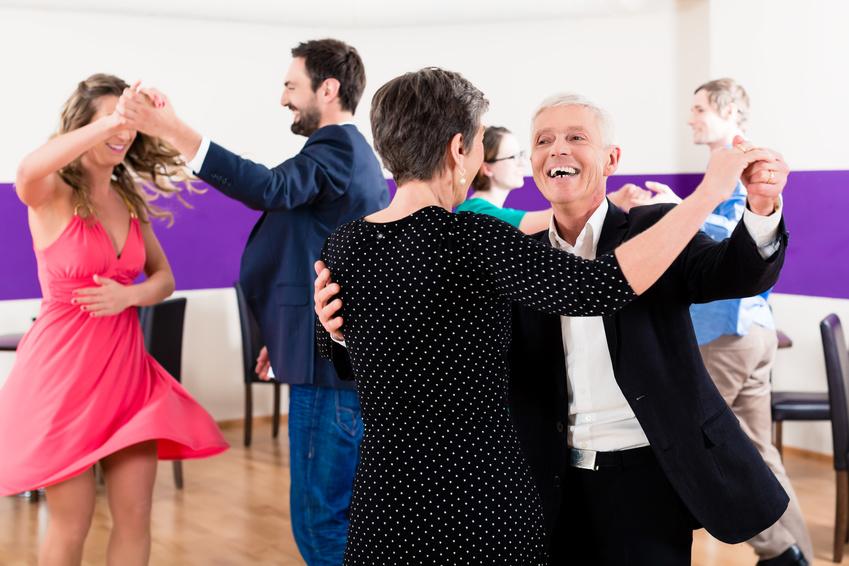 Fotolia.com/85622106 - Gruppe von Paaren in Tanzschule beim Tanzen © Kzenon